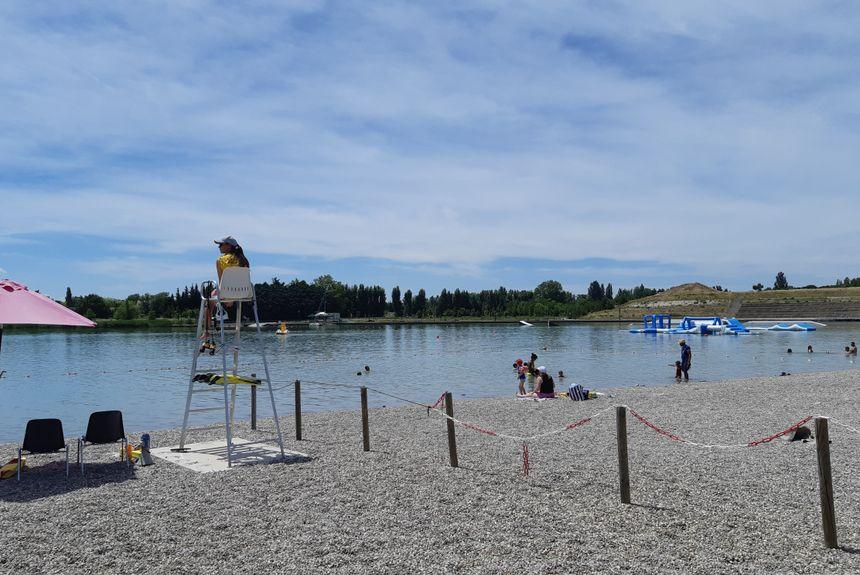 Le poste d'observation au lac de Monteux où deux nageurs sauveteurs sont toujours présents