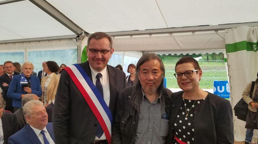 Sylvain Ducret, le maire d'Ornans, le peintre Yan Pei-Ming et Christine Bouquin, la présidente du département du Doubs attendent Emmanuel Macron à Ornans pour l'exposition du bicentenaire de Courbet