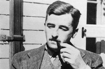 Portrait non daté du romancier et nouvelliste, William Faulkner.