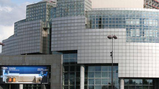 Gros plan sur la façade principale de l'Opéra Bastille, situé Place de la Bastille dans le 12ème arrondissement de Paris. Place de la Bastille, 12ème arrondissement, Paris. Juin 2008.