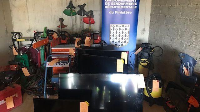 Les gendarmes ont découvert tous ces objets volés lors d'une perquisition à Landeleau, près de Châteauneuf-du-Faou.