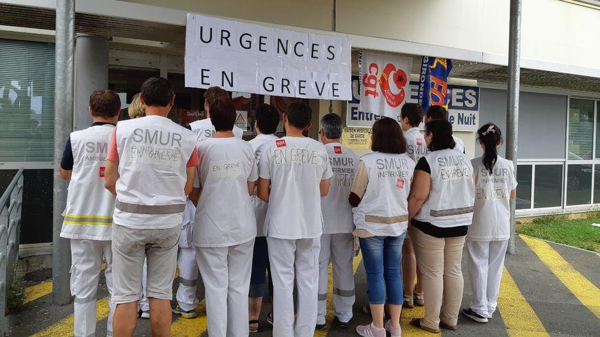 La moitié du personnel des urgences est en grève illimitée depuis ce matin à l'hôpital de Langon. Ils demandent l'augmentation de leurs effectifs, des moyens à leur disposition et de leurs salaires.