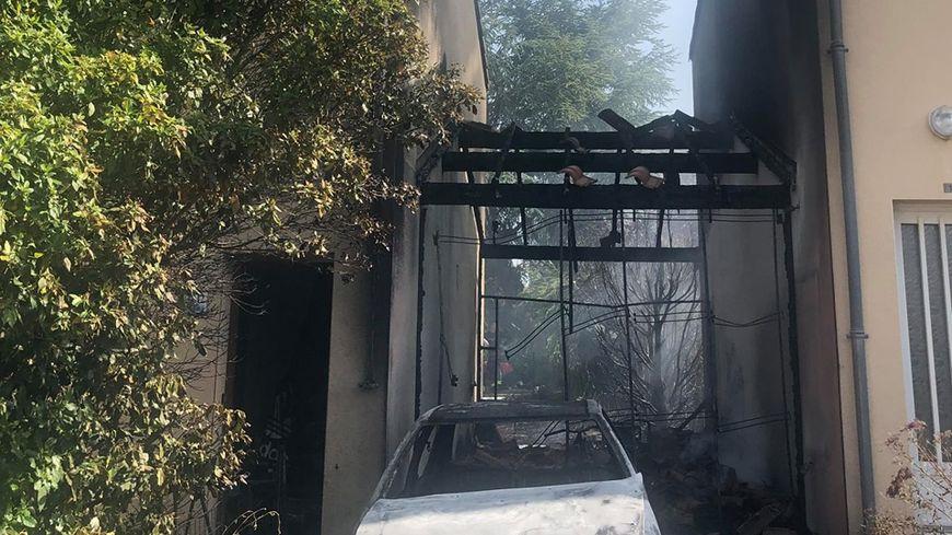 La voiture et le garage sont partis en fumée