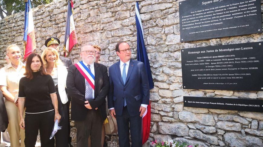 François Hollande dévoile la plaque commémorative square des Justes à Montségur-sur-Lauzon dans la Drôme