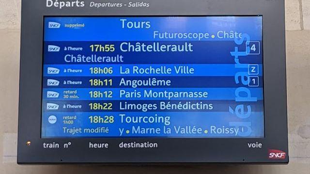 Panneaux d'affichage en gare de Poitiers