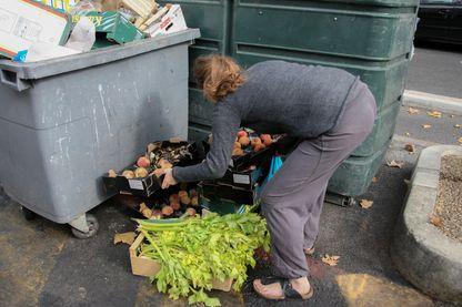 Un Français jette près de 30 kilos de nourriture par an, donc sept kilos encore emballés