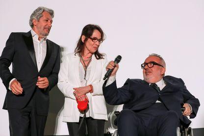 """A l'occasion des 25 ans du film culte de Les Nuls, """"La Cité de la Peur"""", Alain Chabat, Chantal Lauby et Dominique Farrugia à Cannes le le 16 mai 2019."""