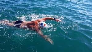 Arnaud Chassery lors de la traversée de la Manche à la nage par équipe en 2018