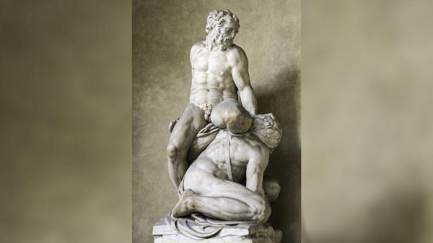 Statue de Samson et les Philistins de Pierino da Vinci dans la niche du mur de la première cour du Palazzo Vecchio (Florence).