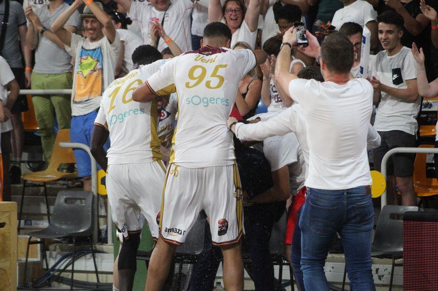 Dès le coup de sifflet final, les orléanais vont arroser le coach de l'OLB Germain Castano !