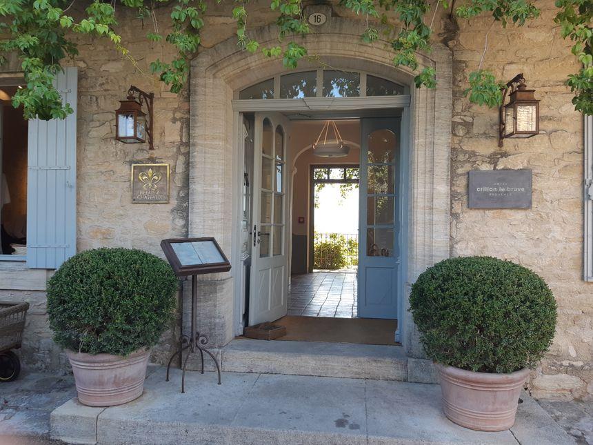 L'entrée de l'Hôtel Crillon-le-Brave que les fans de la série et moins encore les paparazzis n'auront pu approcher durant le séjour du couple