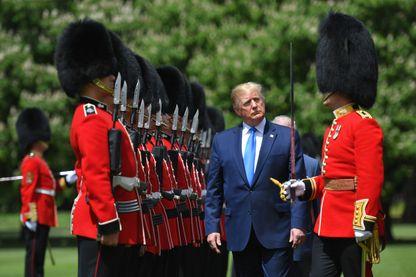 Donald Trump passe en revue les Royal Guards à son arrivée à Londres lundi 3 juin.
