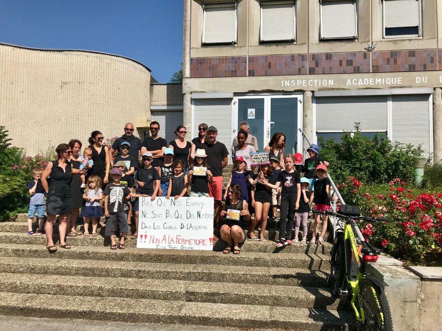 Rassemblement des enfants et parents devant l'Inspection académique à Besançon.