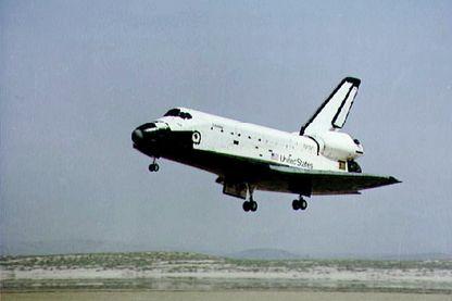 14 avril 1981, c'est une première : la navette Columbia, commandée par John Young, atterrit tel un avion de ligne sur la base d'Edwards en Californie.