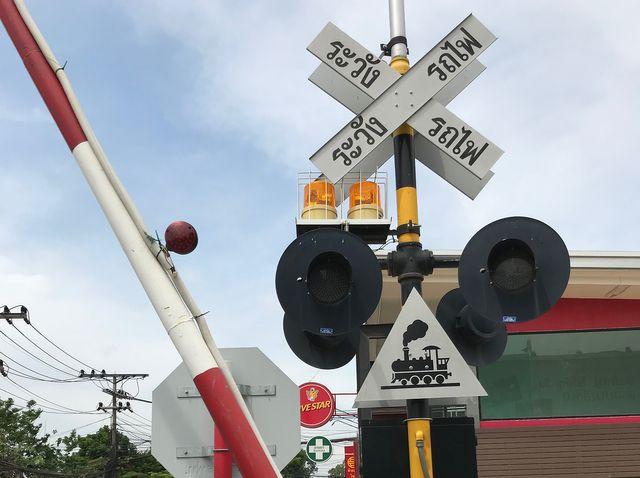 Les barrières, les panneaux de signalisations, les signaux lumineux sont prêts mais pour l'instant aucun train ne circule entre les deux pays.