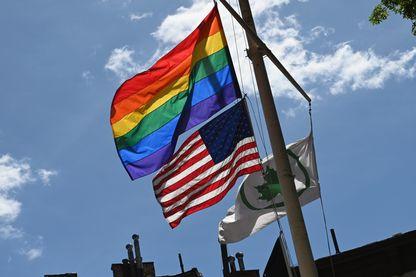 Drapeau LGBT et drapeau américain côte à côte aux alentours du Stonewall National Monument