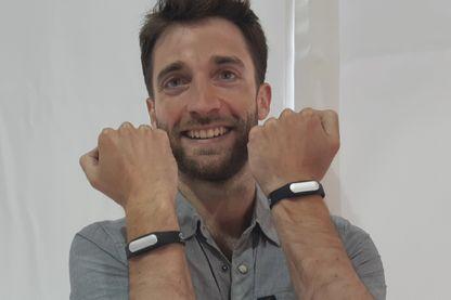 Charlie Galle et ses bracelets vibrants aux poignets