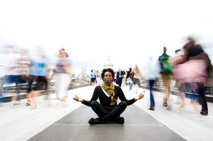Un moment de méditation dans un monde en action