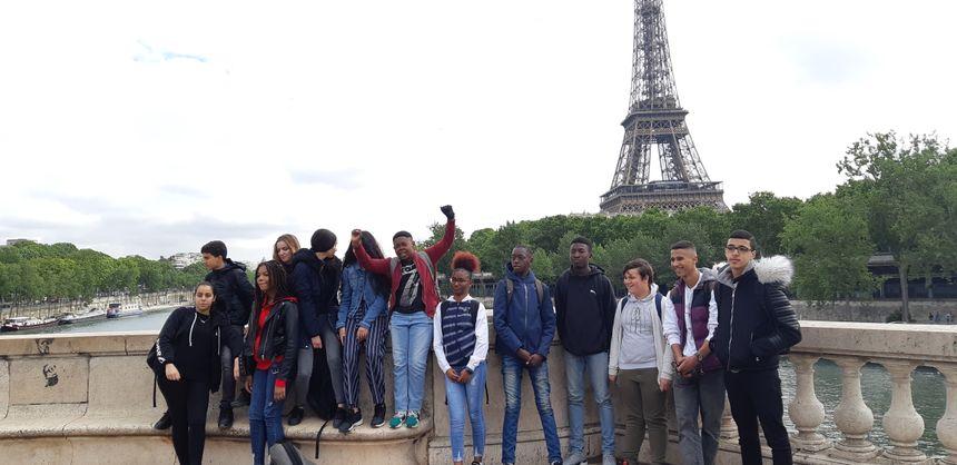 Les élèves de 3ème 5 du collège Jean Rostand avant la maison de la Radio à Paris