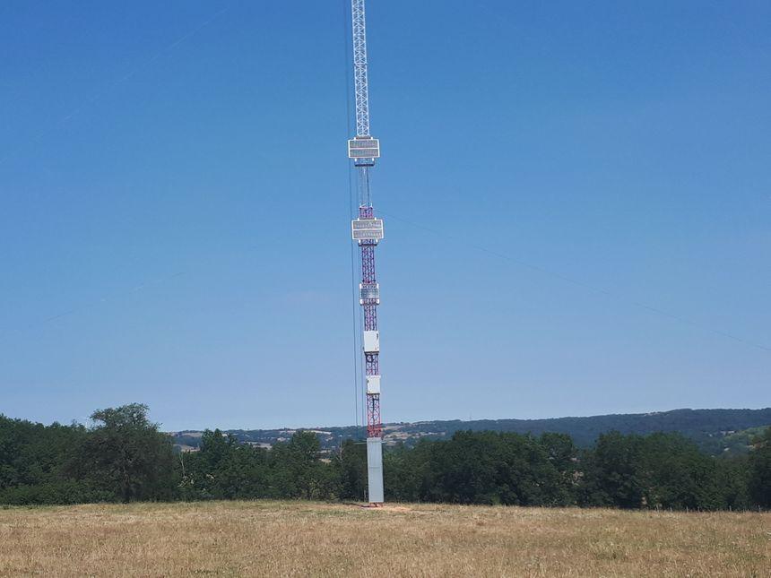 Le mât de mesure de vent installé à Montcel.