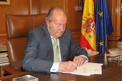 Le roi Juan Carlos d'Espagne signant ses papiers d'abdication en 2014