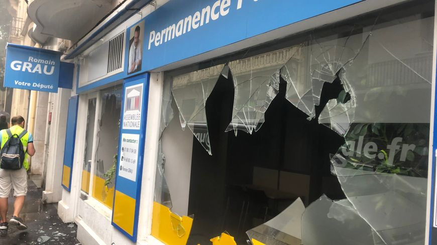 A Perpignan la permanence du député LREM Romain Grau, a été attaquée par des gilets jaunes le 27 juillet 2019. Toutes les vitres du local politique ont été brisées.