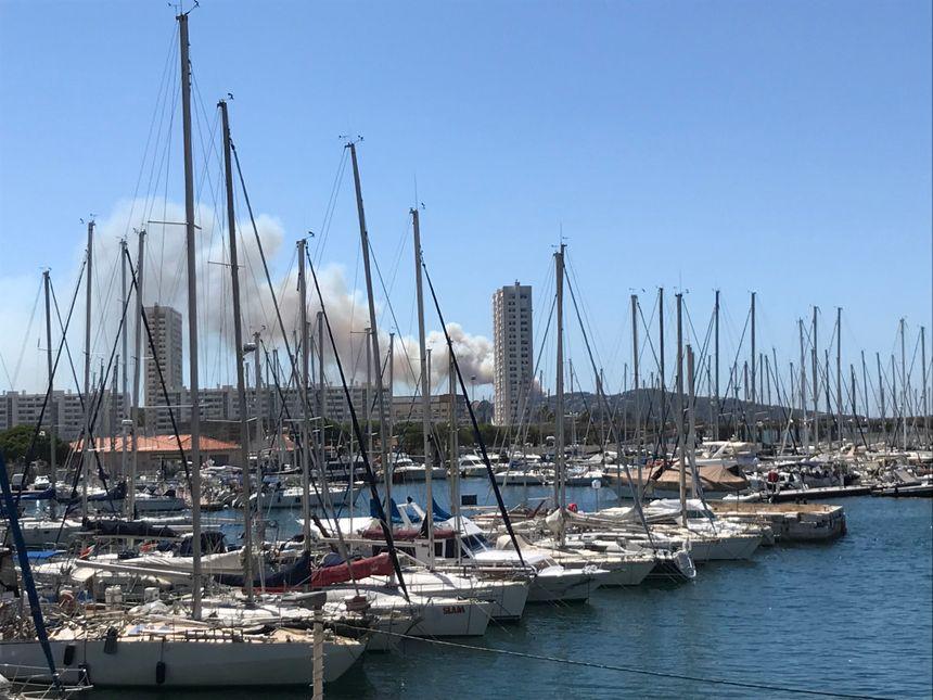Un panache de fumée visible depuis la rade de Toulon