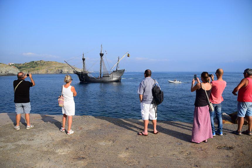 Réplique du navire qui a bouclé le premier tour du monde, le Nao Victoria est accueilli par des dizaines de curieux à Port-Vendres