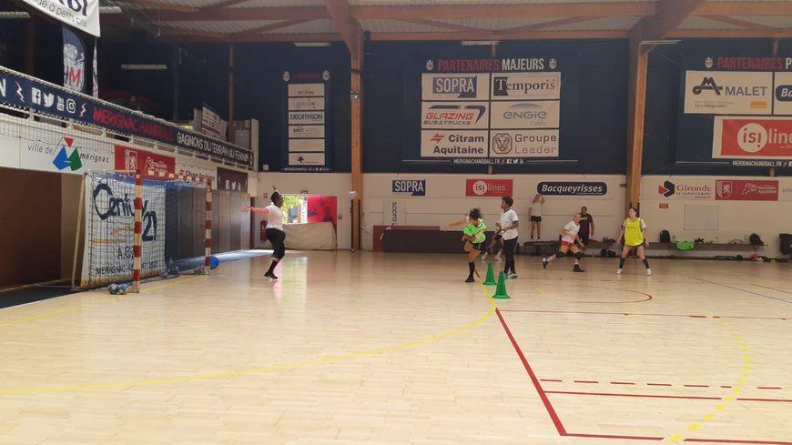 Les Foudroyantes du Mérignac handball à l'entraînement dans la salle Pierre de Coubertin