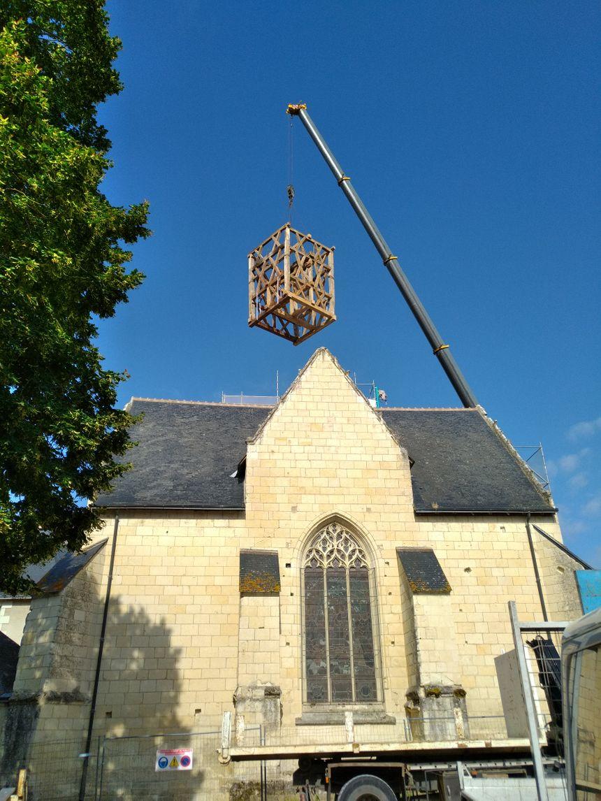 Le beffroi de plus de sept tonnes déposé au sommet de l'Eglise