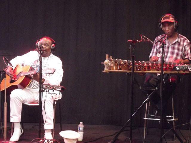 Mory Kanté à la guitare et Adama Condé au balafon pour un live envoûtant
