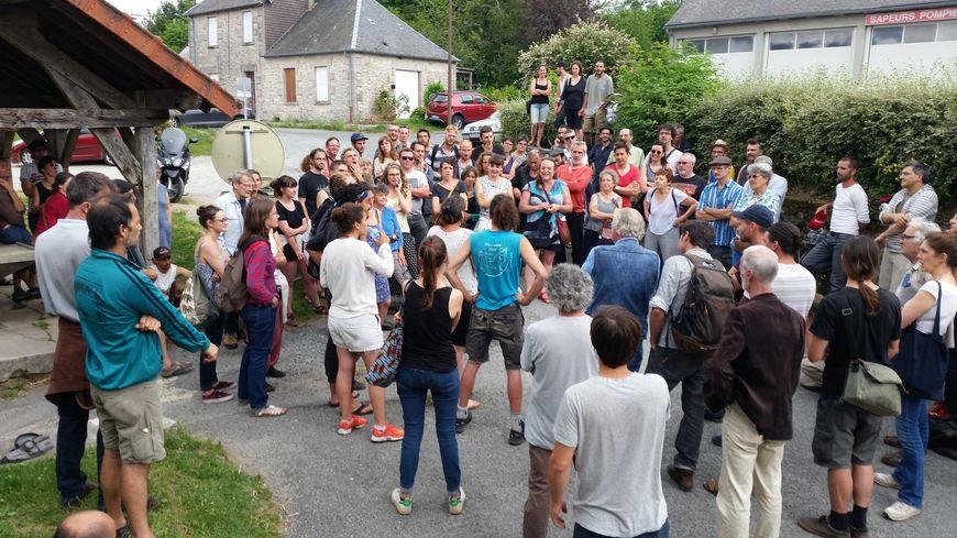 La réunion publique s'est déroulée devant le lavoir de Faux-la-Montagne