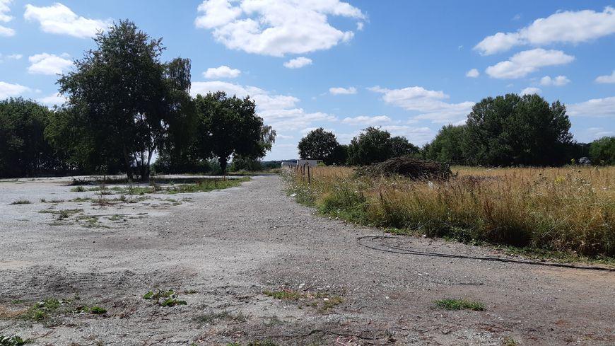 A gauche, le terrain gravillonné où vit normalement Johnny et sa famille. A droite, la parcelle où l'amiante a été enfouie et à laquelle il n'a jamais touché