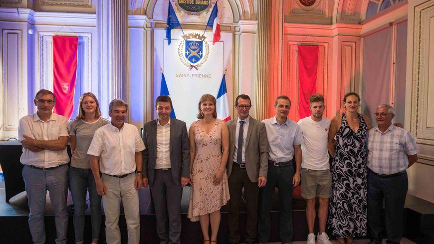 Le Président de la Fédé (3e en partant de la gauche) a félicité chaudement le président du Coquelicot 42 (7e) et le maire (4e) pour l'organisation des Championnats de France élite