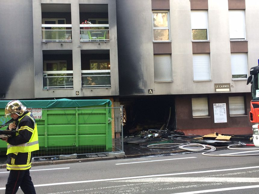 Le hall a été dévasté par les flammes, le reste de l'immeuble a été noirci