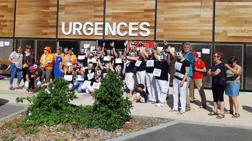 En noir et blanc, comme des robots, les soignants dénoncent une qualité d'accueil déplorable aux urgences de l'hôpital Nord Franche-Comté