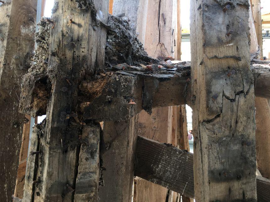 Le bois de la flèche est abîmé par les années, les intempéries et le vent