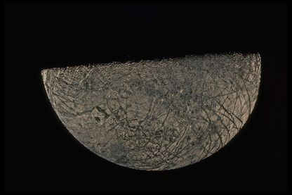 Vue d'Europa, une des quatre lunes principales de Jupiter, par la sonde Voyager en 1979