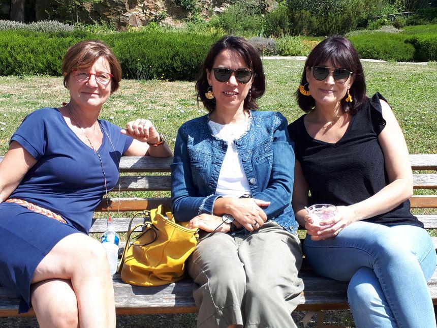 Trois copines de bureau font une pause déjeuner devant le bateau échoué.