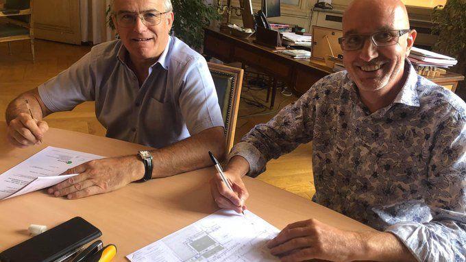 Signature ce lundi matin entre le maire de Chambéry Michel Dantin (à g.) et Alain Poncet, le président du club
