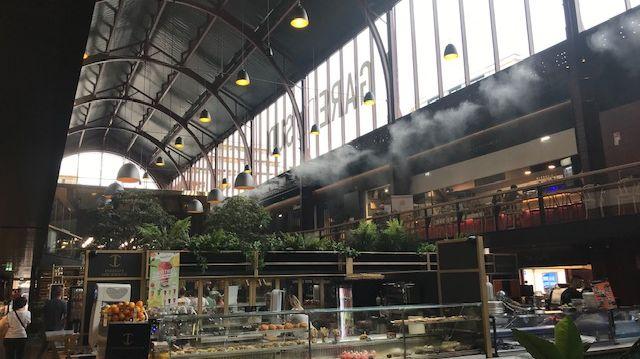 Les brumisateurs en action pour rafraîchir les Halles Gourmandes
