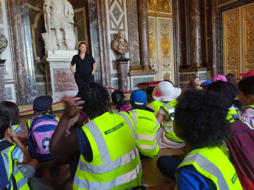 Les enfants du groupe du centre de loisirs de Romainville dans le 19e arrondissement enchaînent les salons du château pour connaître l'histoire racontée par les comédiens.