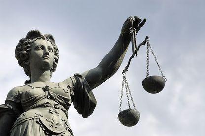 Dans les Pensées, Pascal dénonce expressément « l'injustice de la Fronde, qui élève sa prétendue justice contre la force »