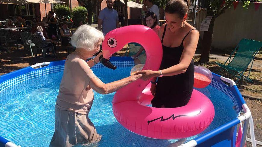Renée 93 ans et Aurélie Heuclin assistante de direction dans la piscine de Moulin Plage