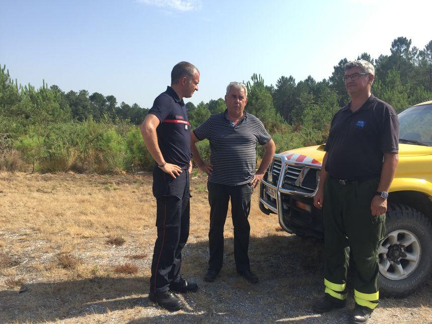 Le capitaine des pompiers Mathieu Jomain, Bernard Barbeau et Claude Desbats (bénévoles à la DFCI) de gauche à droite.