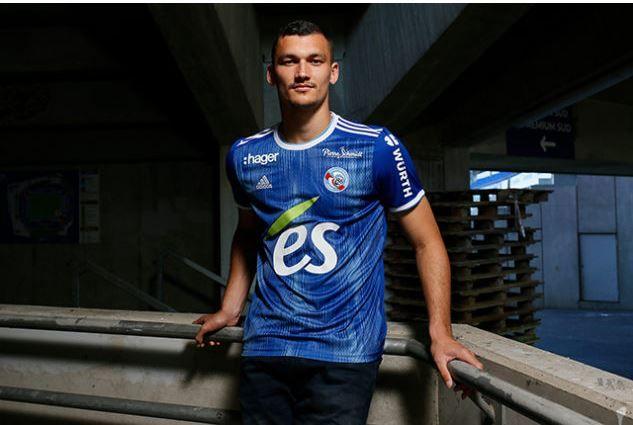 """Le maillot """"domicile"""" du Racing pour la saison 2019-2020 porté par l'attaquant Ludovic Ajorque."""