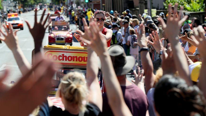 Chaque année, la caravane du Tour de France distribue près de 15 millions de goodies le long des routes de France.