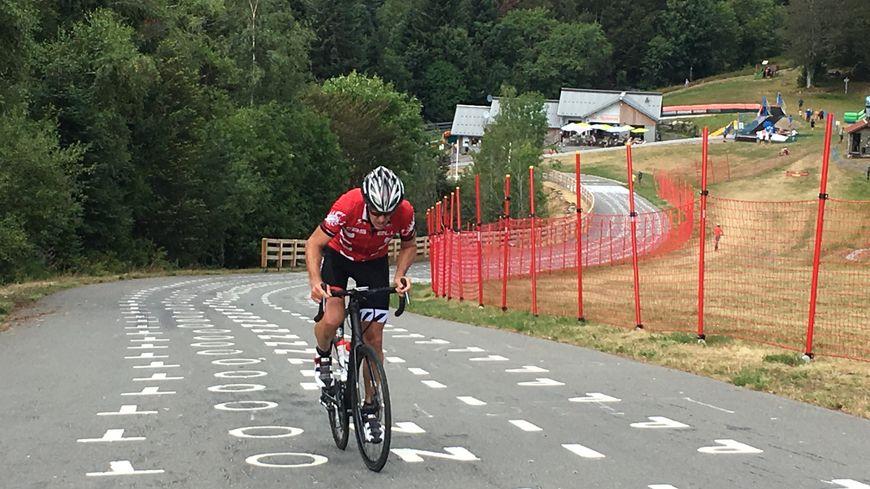 Chaque jour, des dizaines de cyclistes amateurs viennent gravir la pente à plus de 20%