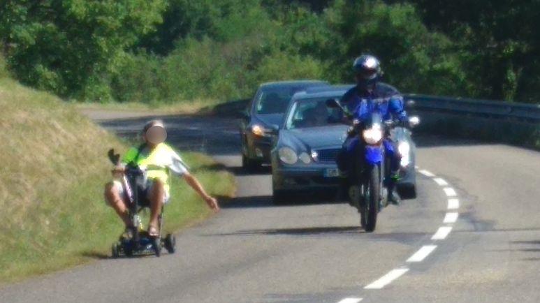 L'homme handicapé voulait se promener autour de Largentiére ( Ardèche) avec son fauteuil roulant.