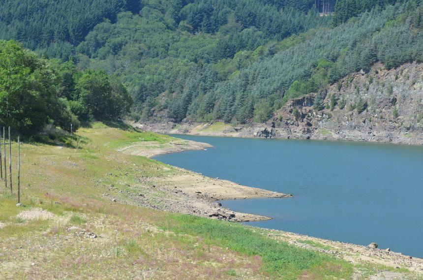 La retenue d'eau du Dorlay en étiage estival